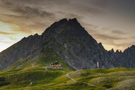 Germany, Bavaria, Allgaeu, Allgaeu Alps, Fiderepass hut and Hammerspitze in the evening - WGF01228