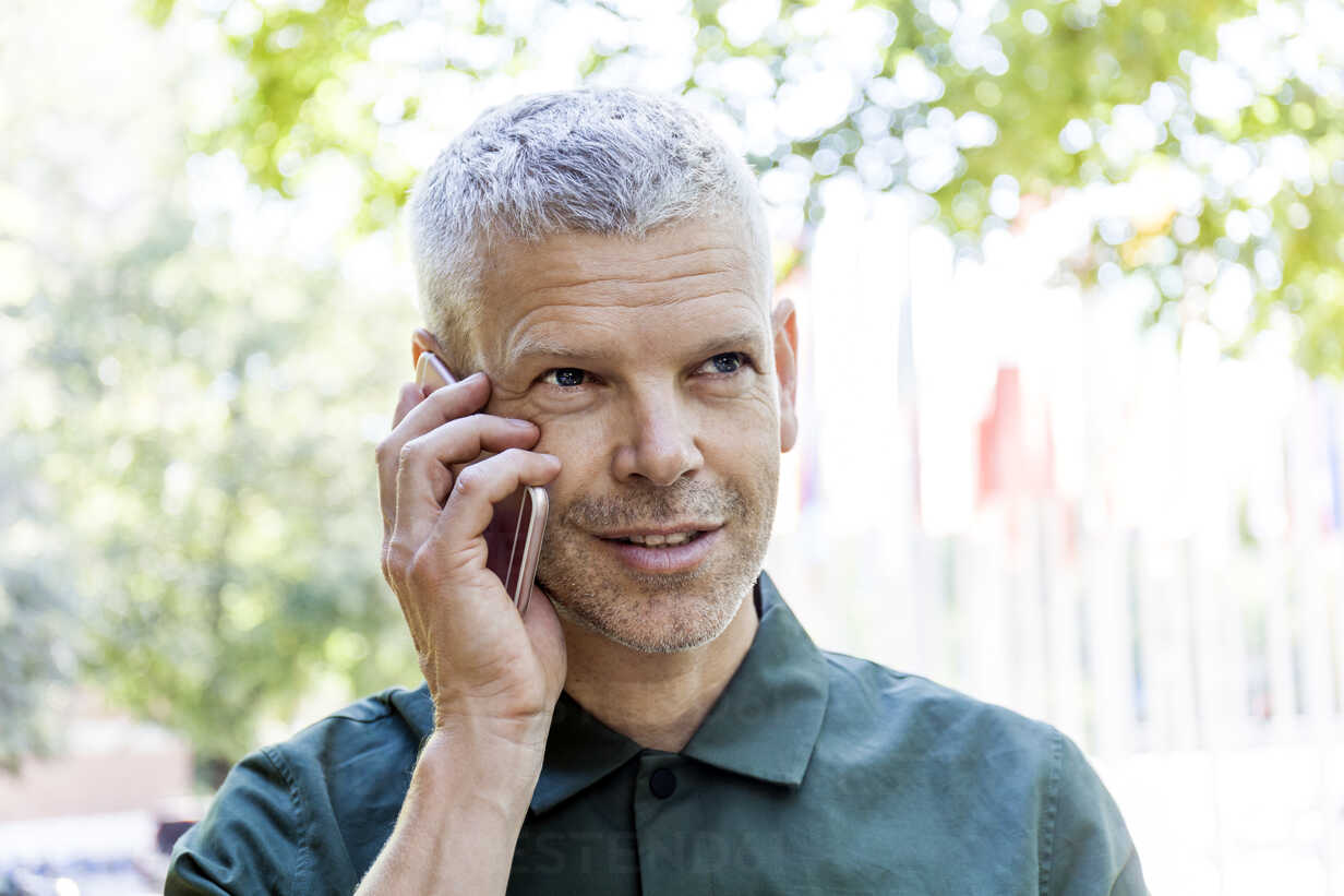 Portrait of mature man on cell phone outdoors - TCF05689 - Tom Chance/Westend61