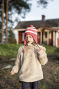 Finland, Kuopio, little girl at a cottage in the countryside - PSIF00033