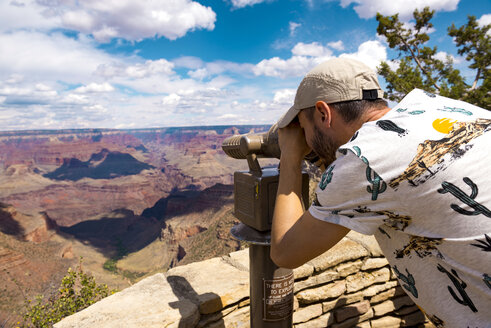 USA, Arizona, Grand Canyon National Park, Grand Canyon, man looking through telescope - GEMF02352