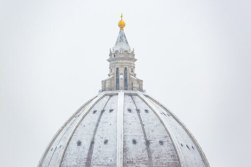 Italy, Florence, snow-covered dome of Basilica di Santa Maria del Fiore - MGIF00223