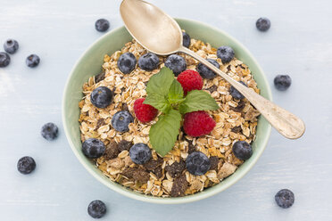 Bowl of muesli with raspberries and blueberries - JUNF01090