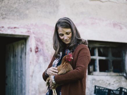 Smiling woman with chicken - RAMAF00063