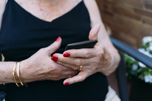 Hands of senior woman using smartphone - GEMF02386