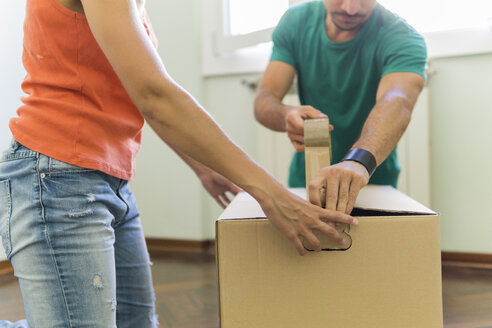 Couple packing cardboard box, partial view - FBAF00012
