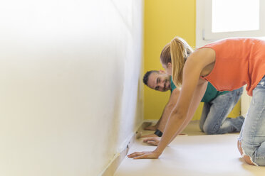 Couple preparing room at new home for renovation - FBAF00021