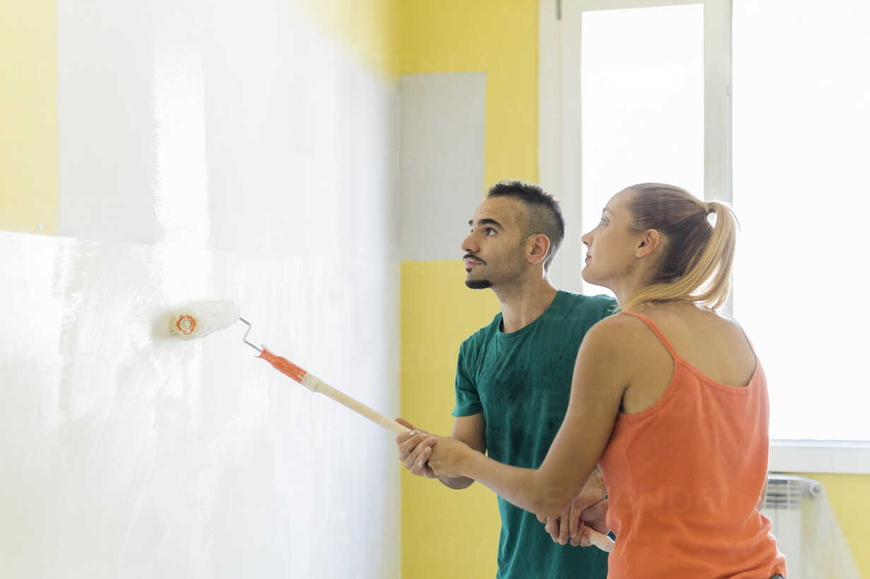 Couple painting wall together at new home - FBAF00033 - Francesco Buttitta/Westend61