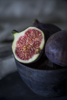 Whole and sliced figs - JES00145
