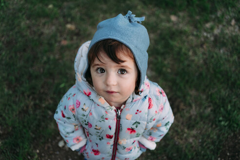 Portrait of fashionable little girl standing on a meadow in autumn - GEMF02413