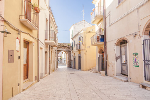 Italy, Molise, Termoli, Old town, empty alley - FLMF00027