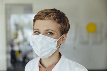 Portrait of a confident female doctor, wearing surgical mask - MFF04513
