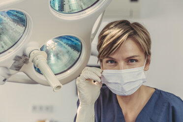 Dental surgeon wearing surgical mask, portrait - MFF04576
