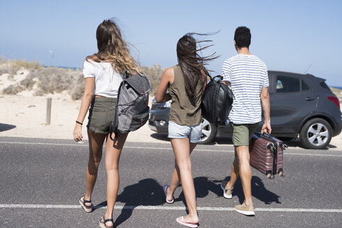 Friends crossing road, carrying bags, going to the beach - PACF00102