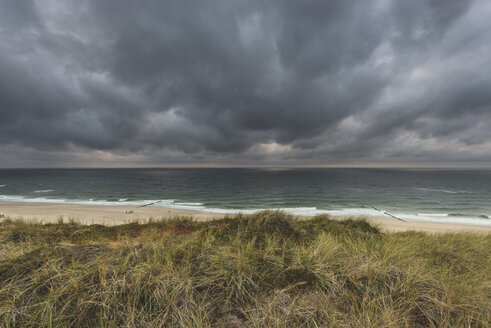 Germany, Schleswig-Holstein, Sylt, Wenningstedt, rain clouds over the beach - KEBF00918