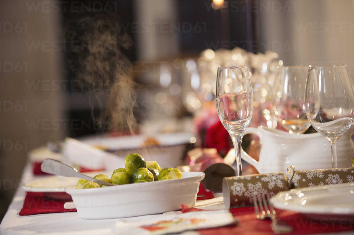 Steaming Brussels sprouts on Christmas dinner table - HOXF03821 - Sam Edwards/Westend61