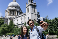UK, London, couple taking a selfie near St. Paul's Cathedral - MGOF03774