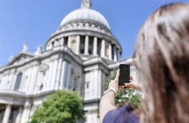 UK, London, tourist taking a picture of St. Paul's Cathedral - MGOF03780
