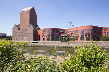Germany, Duisburg, inner harbour, view to Landesarchiv, office buildings and marina - WI03593