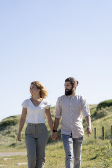 Young couple taking a walk in the dunes - HHLMF00404