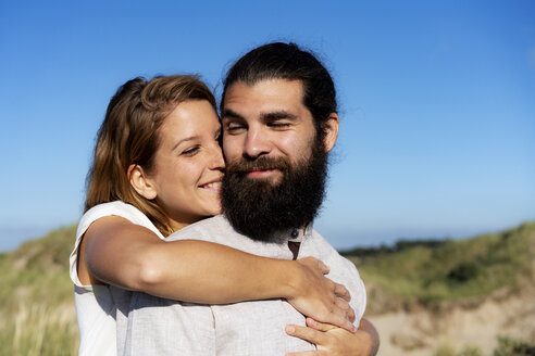 Young couple embracing in nature - HHLMF00467