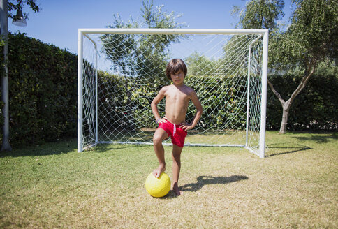 Little boy standing in front of soccer goal - AZOF00029