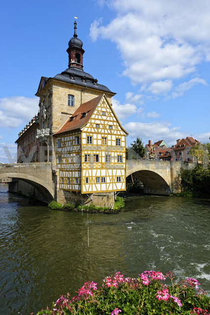 Germany, Bavaria, Upper Franconia, Bamberg, Old townhall, Obere Bruecke and Regnitz river - LHF00571