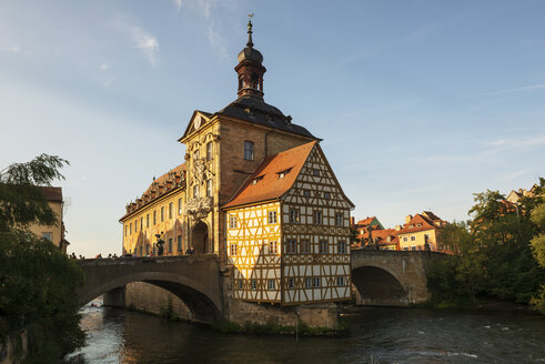 Germany, Bavaria, Upper Franconia, Bamberg, Old townhall, Obere Bruecke and Regnitz river - LHF00574