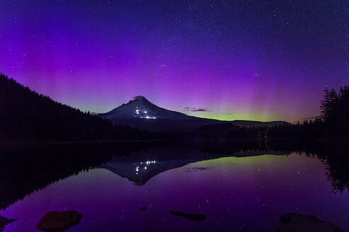 Northern lights over Trillum Lake, Oregon at night looking towards Mt. Hood - AURF05348