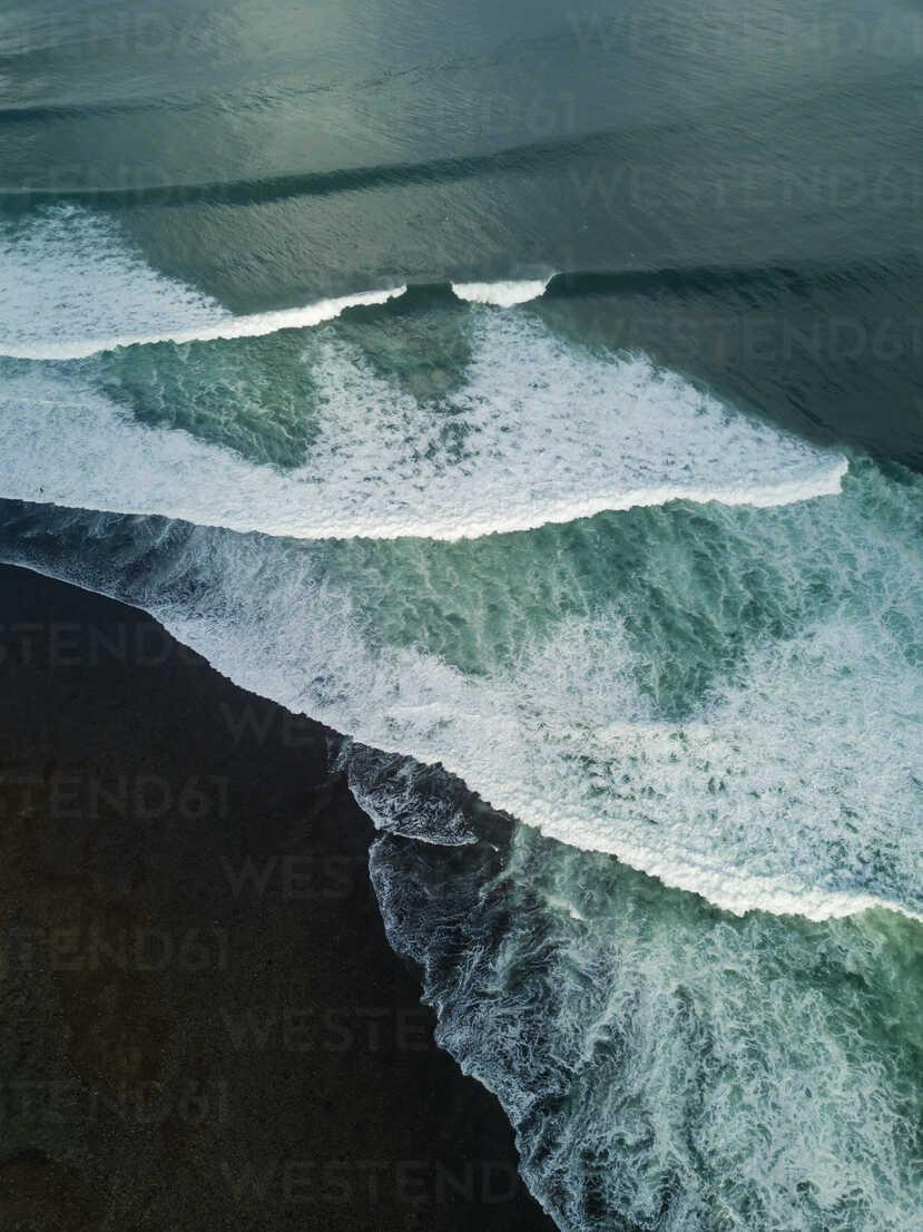 Indonesia, Bali, Aerial view of Uluwatu beach, breaking waves - KNTF01762 - Konstantin Trubavin/Westend61