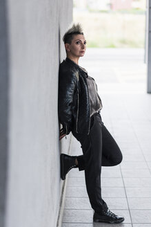 Punk woman leaning against a wall - GIOF04419