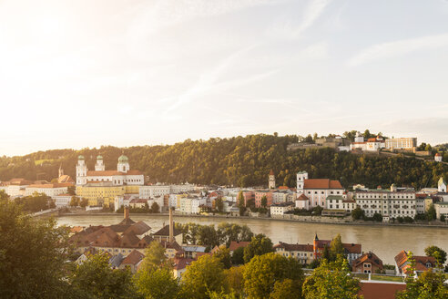 Germany, Bavaria, Passau, View of Fortress Oberhaus, St. Stephen's Cathedral and Inn River - JUNF01284