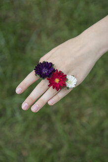 Girl's hand with floral decoration - PSTF00259