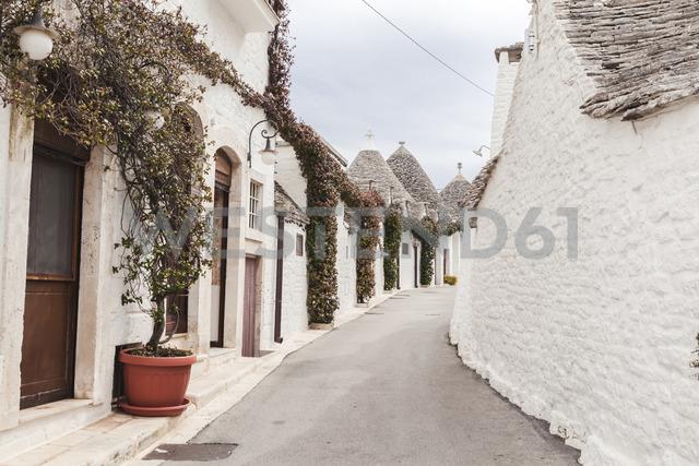 Italy, Apulia, Alberobello, view to alley with typically Trulli - FLMF00052