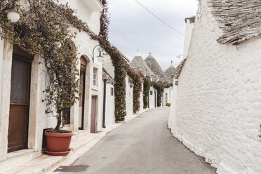 Italy, Apulia, Alberobello, view to alley with typically Trulli - FLMF00052