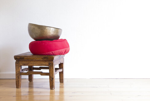 Meditation stool with cushion and sound bowl - CMF00851