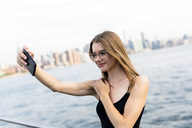 Young woman taking selfies at East River - GIOF04509