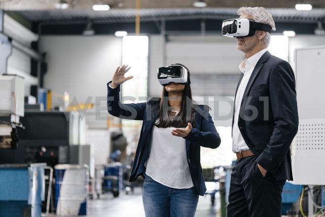 Businessman an woman in high tech enterprise, using VR glasses - KNSF04803 - Kniel Synnatzschke/Westend61