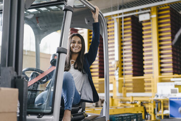 Young woman working in distribution warehouse - KNSF04896