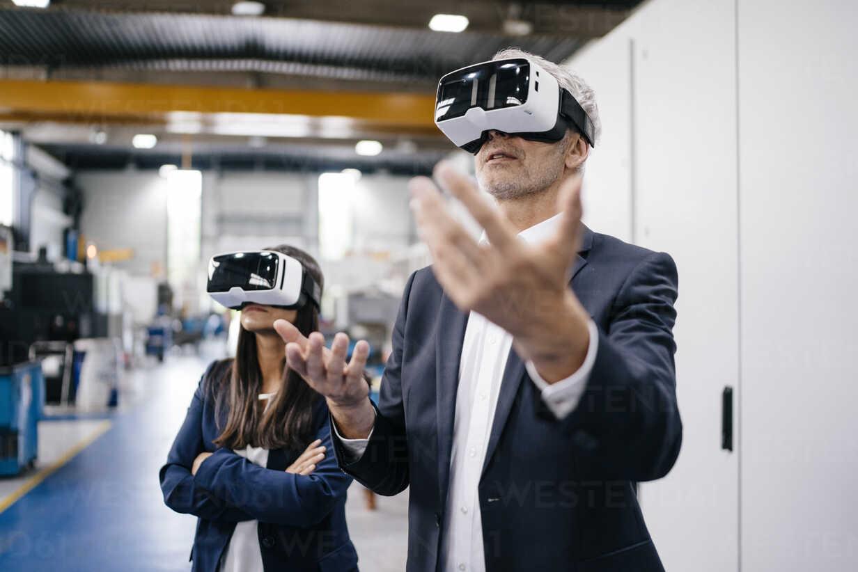 Businessman an woman in high tech enterprise, using VR glasses - KNSF04908 - Kniel Synnatzschke/Westend61