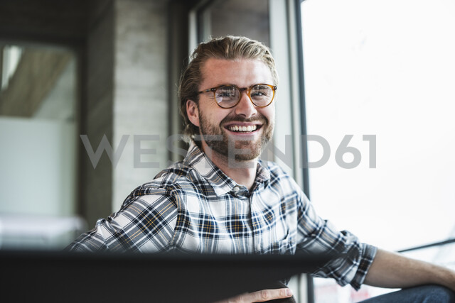 Portrait of smiling businessman in office - UUF15247 - Uwe Umstätter/Westend61