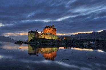 UK, Scotland, Eilean Donan Castle at Loch Duich - RUE01999
