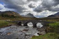 United Kingdom, Scotland, Scottish Highlands, Isle Of Skye, Old Sligachan stone bridge over river Sligachanr - RUEF02002