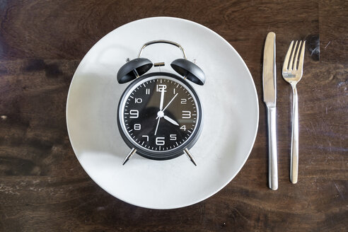 Intermittent fasting, trend 16:8 fasten, alarm clock on plate - SARF03935