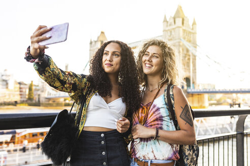 UK, London, two friends taking a selfie with Tower Bridge in background - WPEF00825
