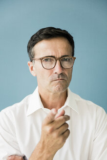 Portrait of angry businessman pointing his finger - MOEF01472