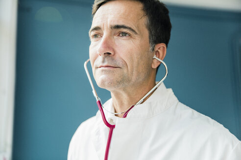 Portrait of doctor with stethoscope looking sideways - MOEF01475