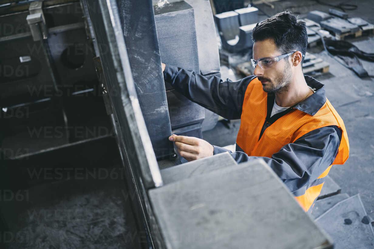 Man wearing protective workwear working in factory - BSZF00632 - Bartek Szewczyk/Westend61