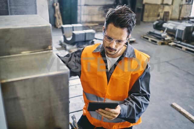 Man with tablet wearing protective workwear working in factory - BSZF00635 - Bartek Szewczyk/Westend61