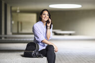 Portrait of smiling student on the phone - JSMF00456