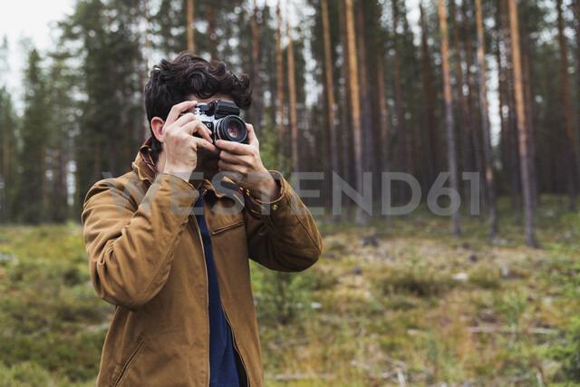 Finland, Lapland, man taking picture in rural landscape - KKAF02090 - Kike Arnaiz/Westend61